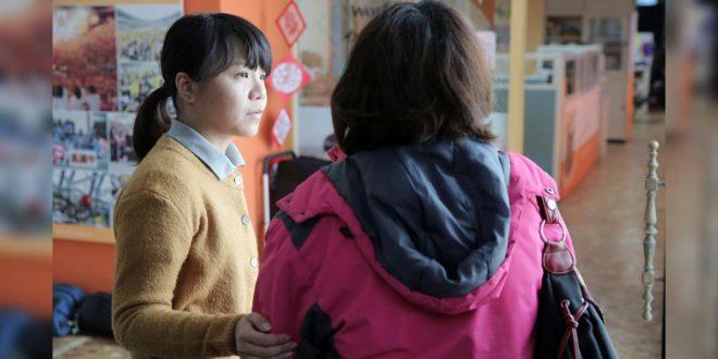 台灣世界展望會透過專業社工針對高風險家庭的不同需求,擬定家庭處遇計畫,以及電話、家庭的會談訪視、諮商輔導等關懷服務,降低高風險家庭的危機因子,減緩父母肩上的壓力。(照片由台灣世界展望會提供)