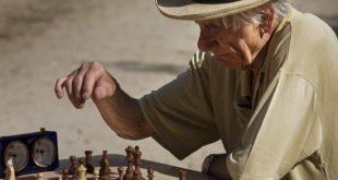國民健康署提醒大家,多動腦也多接觸人群,有助於減少家中長者患上失智症的風險。(圖片來源/網路)