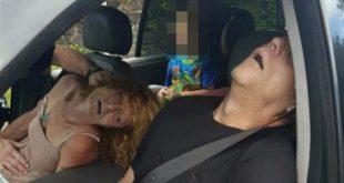 美國俄亥俄州一對毒鴛鴦吸毒過量後昏睡在車上,後座男童無助的呆坐在車上。(圖片來源:翻攝網路)