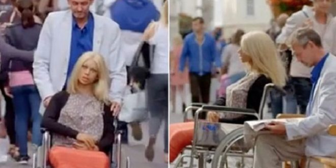 這世界真是無奇不有!英國一名男子愛上了他購買的充氣娃娃,還用輪椅推著她到處遊玩,甚至還買戒指向她求婚。(圖片來源/翻攝自網路)