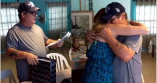 大衛在收到女兒送他的特別生日禮物「收養協議書」後,感動與她流淚擁抱。(圖片來源:翻攝Youtube/Lori Ann Lynde)
