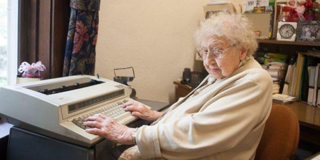 百歲人瑞戴維斯守著工作岡位80年,仍然沒有打算退休。(翻攝網路)
