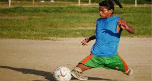 阿卜杜拉雖然被截肢,但仍勇敢追求足球夢。(圖片來源:http://www.coverasiapress.com/)
