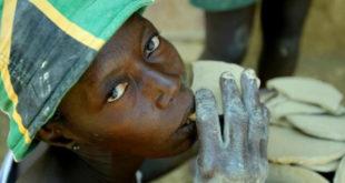 海地的貧民,在缺乏正常食物時,常常只能吃泥餅充飢。(圖片來源:翻攝網路)