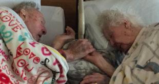 美國一位高齡96歲老太太牽著先生的手,安詳的離世。(圖片來源:Reddit/RealLiveGirl)