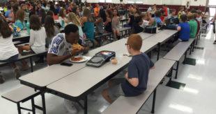 足球明星魯道夫與患有自閉症的男孩帕斯克一起用餐,幫助了帕斯克脫離沒人理的窘境。(圖片來源:翻攝網路)