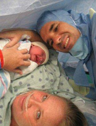 手術過後5個月,坦咪平安的生下女兒。(圖片來源:http://www.dailymail.co.uk/)