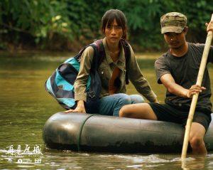 吳可熙乘坐輪胎與毒舌渡河,還好沿途有美術組工作人員貼身保護。(圖/岸上影像及前景娛樂提供)