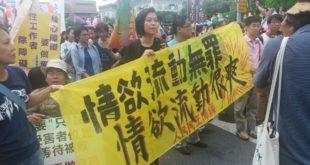 看到遊行中裸露的男男女女,舉著聳動的標語,讓民眾感到非常反感。(謝婷婷攝)