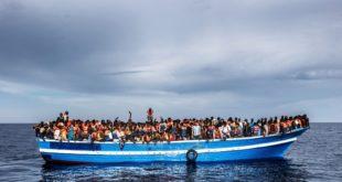 一艘載滿難民的小船,正冒險橫跨地中海,尋求自由。(圖片來源/ UNHCR網站)