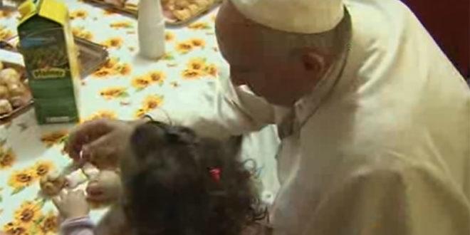 教宗方濟各14日下午探訪了位於羅馬的一個兒童村,小孩有的感到受寵若驚,也有的小孩很感謝這位帶來許多甜點的「白衣先生」。  圖片來源:影片截圖