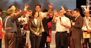 蔡英文總統接受牧師禱告祝福。  圖片來源:主辦單位提供