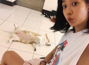 孟耿如家中也有養狗,因此與黃子佼的愛犬「元氣」互動自然。(圖片來源:孟耿如臉書)