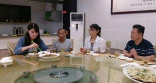 遭擄的台灣籍輪機長沈瑞章(左二)預計26日下午1330返抵桃園機場。  圖片來源:蔡正元臉書