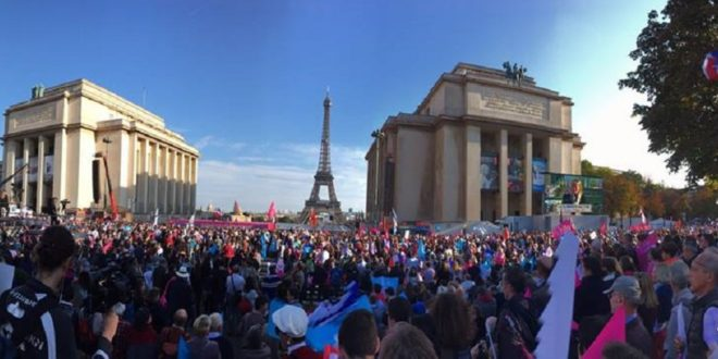 數以萬計群眾聚集於法國巴黎鐵塔附近,舉行示威抗議,要求政府廢除同性婚姻法。(圖片來源/翻攝自La Manif Pour Tous臉書)