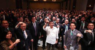 菲律賓總統杜特蒂(圖中)剛結束訪日行程,在訪日期間,在招待會上,他與眾人們一同比出打擊犯罪招牌手勢。(圖片來源/翻攝自杜特蒂臉書 )