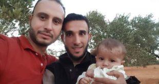 前些日子被「白盔」救難員阿布救起的女嬰,其父親帶著她與阿布重逢, 3人還開心合影。(圖片來源/翻攝自網路 )