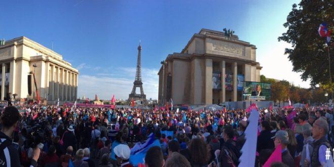 法國愛家組織「為全民示威」於巴黎舉行反同婚遊行,支持者紛紛高舉旗幟堅守傳統家庭價值。(圖片來源/翻攝自LMPT臉書)