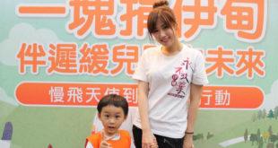 方志友(右)挑戰教保老師的任務,帶著慢飛天使恩恩一起上繪畫課!(圖片提供:伊甸基金會)