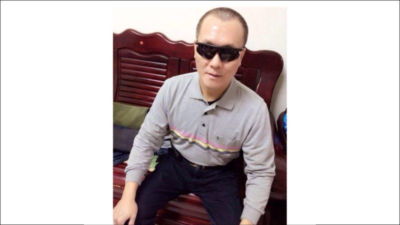 陳鎮坤學習過著「看不見的生活」,現在他已經是按摩工會的理事長,也持續為盲胞爭取權益。(翻攝臉書)