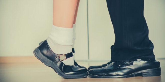 桃園市某間國中傳出師生戀,因老師對未滿十六歲女學生做出猥褻行為,遭到法辦。(示意圖來源:123rf)