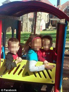除了報警的7歲女童外,警方發現家中還有3名小孩,目前已被帶往醫院檢查身體狀況,並交由當地政府安置。