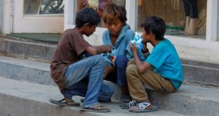 很難想像,在尼泊爾的流浪兒竟然是用吸食強力膠來止飢。(圖片來源/Nepal Orphan Fund)