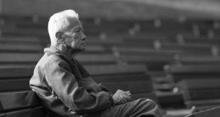 為了照顧失智老人,衛福部推出新的方案,若通過評估申請,將可請看護員到家或社區陪伴老人。(示意圖)  圖片來源:錢得樂 on flickr
