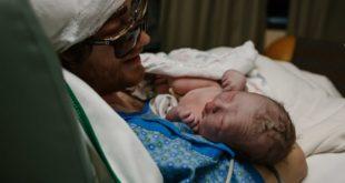 罹患腦癌的美國男子溫克,抱著新生兒子,露出幸福的表情。(圖片來源/翻攝自網路)