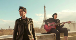 周杰倫(左)專輯歌曲「告白氣球」MV,特別飛到巴黎取景。(圖片提供:翻攝周杰倫 Jay Chou臉書)