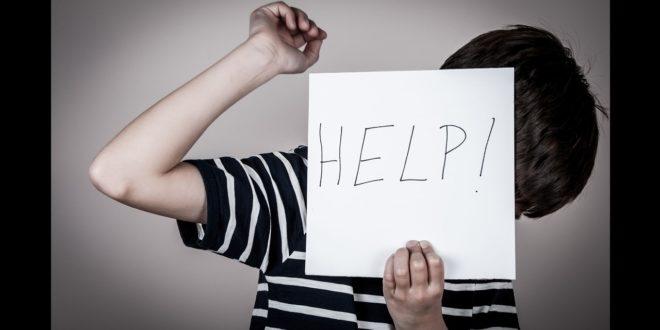花蓮縣一起家暴案件,一名小五男童,只是因為半夜肚子餓,打開冰箱想找東西吃,居然被自己的生父痛毆。(圖片來源:123rf,示意圖)