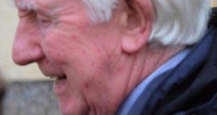 現年88歲的退休小學校長杜斯伯瑞,因30多年前猥褻兒童,近日被判刑入獄。(圖片來源/翻攝自網路)