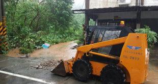 連夜大雨造成台東綠色隧道賓朗村附近土石泥流,無法往來通行,非常危險,目前公路局已派員到現場清理砂石。  圖片來源:劉櫂豪臉書