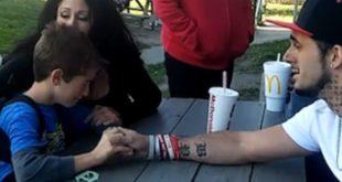 美國一名男子告知8歲兒子其母因吸毒過量致死的影片上傳網路,希望能讓毒蟲父母,為小孩戒毒。(圖片來源/翻攝自Brenden Bickerstaff-Clark臉書)