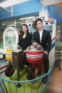 陳勢安與歐陽靖在拍攝MV時玩心大起,穿著酷帥裝扮玩起了遊樂設施。
