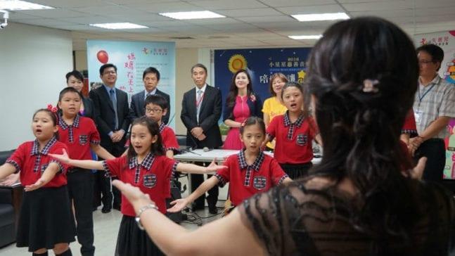 「音契青少兒童合唱團」在現場獻唱「心中的小太陽」。 圖片來源:馮紹恩攝