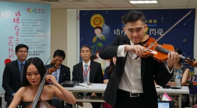 現場由新店愛樂管弦樂團演出「女人香」。 圖片來源:馮紹恩攝