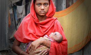 許多女童尚未成年就當了媽媽,臉上盡顯徬徨無助。(圖片來源/翻攝自World Vision Hong Kong)