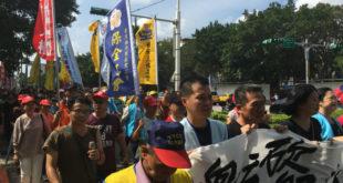 民進黨今快速將《勞基法》修法送出委員會,外面勞團激烈抗議。  圖片來源:馮紹恩攝
