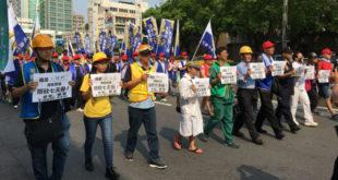 數個勞團不滿蔡英文政府為了落實週休二日修法,砍掉國定假日七天假,集合成「123大聯盟」25日上街抗議。  圖片來源:馮紹恩攝