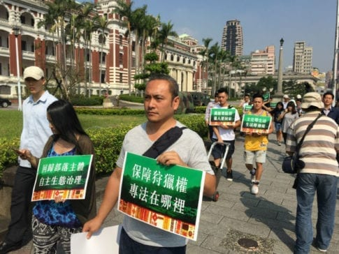 原青陣在總統府前抗議結束後,進入總統府遞交陳情書。 圖片來源:馮紹恩攝
