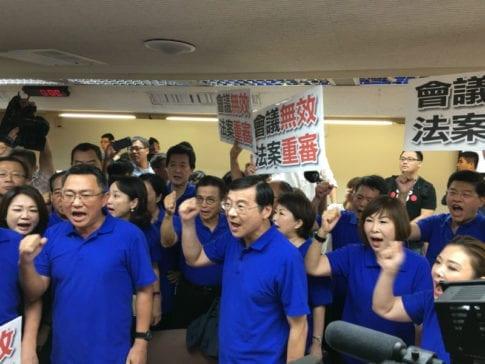 國民黨立委痛批民進黨違法。 圖片來源:馮紹恩攝