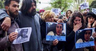 「女性罷工」示威者拿著佩雷斯的海報,抗議該國有太多女性死於暴力行為。(圖片來源/翻攝自網路)