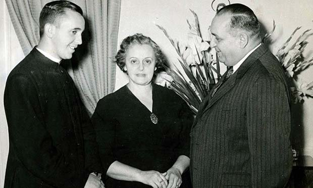方濟各(左)與父母,當時母親對於兒子選擇成為神父不是很諒解。(照片摘自CNN)
