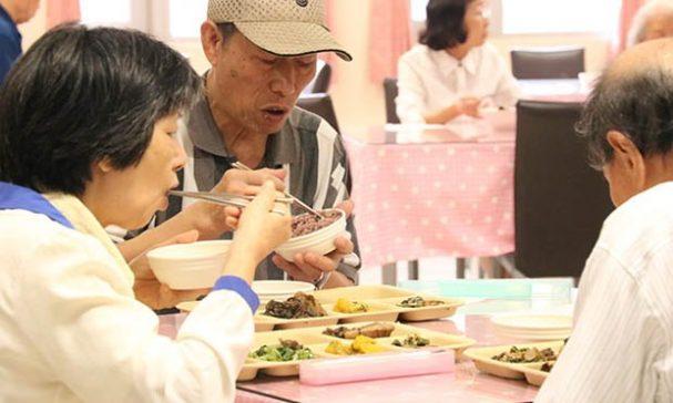 大龍老人住宅環境寬敞,設立社區照顧關懷據點,可提供長者共餐服餐。(謝婷婷攝)