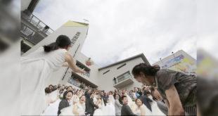 昨日雙十國慶,在台中有20對準新人在教堂舉辦聯合婚禮。(照片由台中旌旗教會提供)