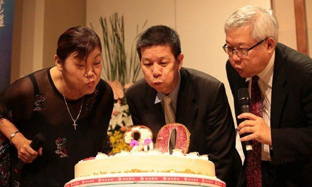 台灣走出埃及輔導協會歡慶20週年,台上台下一起祈禱祝福。(照片由台灣走出埃及輔導協會提供)