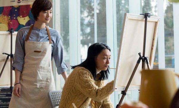 惠英紅飾演患有失智症的芬姨,雖然短期記憶力不好,但仍保有長期記憶。(照片由華映娛樂提供)