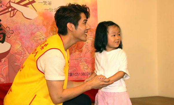 在場最幼齒粉絲也到場跟胡宇威握手支持公益。(謝婷婷攝)