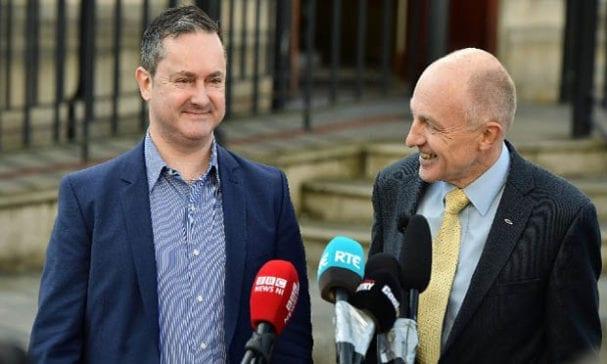 葛瑞斯(左)與平等委員會委員沃德洛(Michael Wardlow )週一在法院外表示對於裁決結果欣慰。(照片摘自CNN)